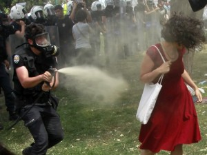 2013-06-04T110229Z_87894653_LR2E9640UNUYH_RTRMADP_3_TURKEY-PROTESTS-WOMEN